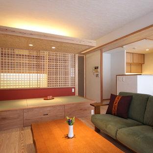 横浜の小さいアジアンスタイルのおしゃれなファミリールーム (白い壁、淡色無垢フローリング、茶色い床) の写真