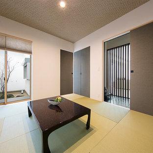 和風のおしゃれな独立型ファミリールーム (白い壁、畳、暖炉なし、テレビなし、緑の床) の写真