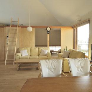 Свежая идея для дизайна: двухуровневая гостиная комната среднего размера в восточном стиле с белыми стенами, полом из фанеры, отдельно стоящим ТВ и коричневым полом - отличное фото интерьера