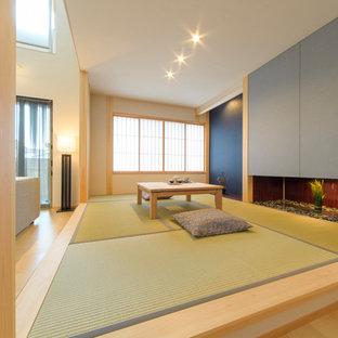 Aménagement d'une petit salle de séjour asiatique ouverte avec un mur blanc, un sol de tatami et un sol vert.