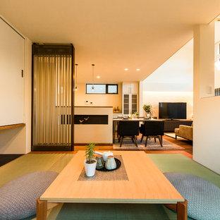 Ispirazione per un soggiorno etnico aperto con pareti bianche, pavimento in tatami e pavimento verde