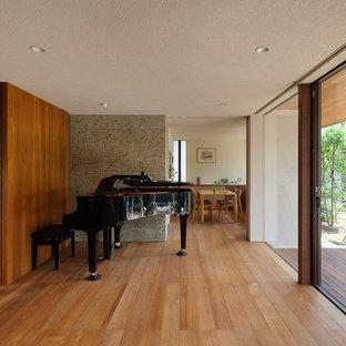 他の地域のモダンスタイルのおしゃれなファミリールーム (淡色無垢フローリング、茶色い床) の写真