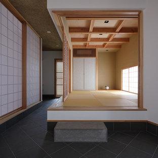 Idee per un soggiorno etnico con pareti marroni, pavimento in tatami e pavimento marrone