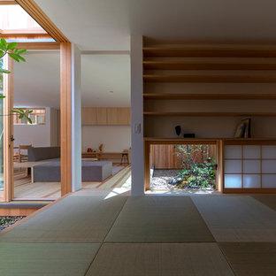 Diseño de sala de estar cerrada, de estilo zen, pequeña, sin chimenea y televisor, con paredes blancas, suelo verde y tatami