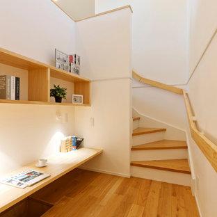 他の地域の北欧スタイルのおしゃれなファミリールーム (白い壁、無垢フローリング、茶色い床) の写真