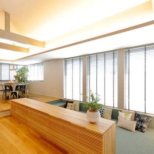 Idee per un grande soggiorno minimalista aperto con pareti bianche, moquette, nessun camino, TV autoportante e pavimento turchese
