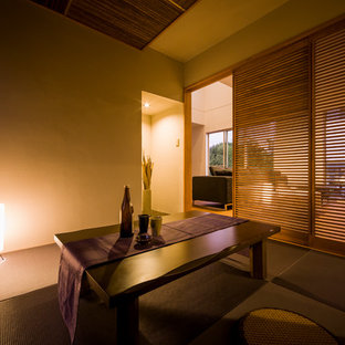 Abgetrenntes Modernes Wohnzimmer mit beiger Wandfarbe, Tatami-Boden und lila Boden in Sonstige