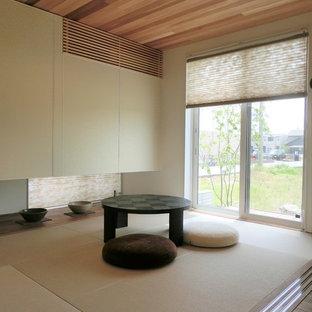 Abgetrenntes Asiatisches Wohnzimmer mit weißer Wandfarbe, Tatami-Boden und braunem Boden in Sonstige