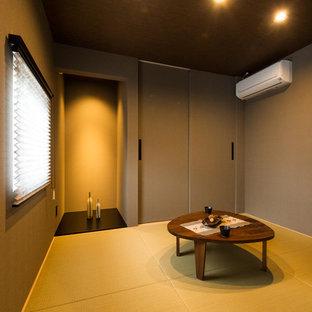 Diseño de sala de estar cerrada, asiática, con paredes grises, tatami y suelo verde