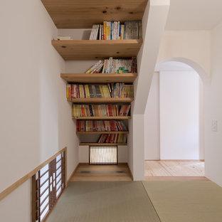 Diseño de sala de estar de estilo zen, pequeña, con paredes blancas, tatami y suelo verde