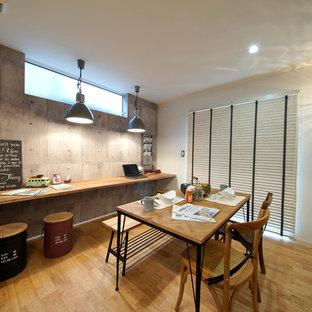 他の地域のミッドセンチュリースタイルのおしゃれなオープンリビング (マルチカラーの壁、無垢フローリング、茶色い床) の写真