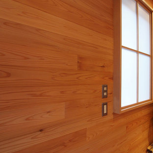 他の地域の北欧スタイルのおしゃれなファミリールーム (茶色い壁、無垢フローリング、茶色い床) の写真