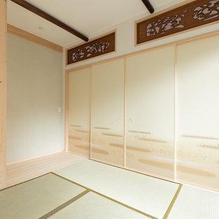 大阪の和風のおしゃれな独立型ファミリールーム (白い壁、畳、緑の床) の写真