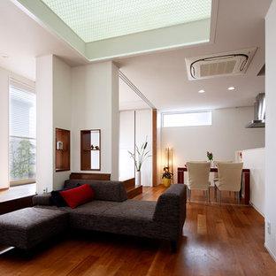 横浜のコンテンポラリースタイルのおしゃれなファミリールーム (白い壁、無垢フローリング、茶色い床、暖炉なし) の写真