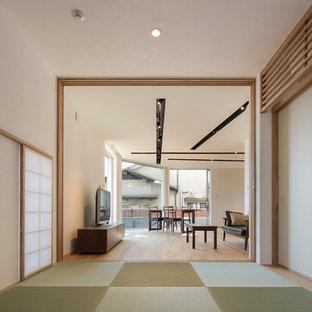 神戸の和風のおしゃれな独立型ファミリールーム (畳、緑の床) の写真