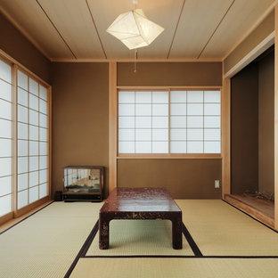 東京都下のアジアンスタイルのおしゃれなファミリールーム (茶色い壁、畳、茶色い床) の写真