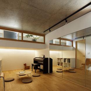 東京23区の小さい北欧スタイルのおしゃれなファミリールーム (白い壁、無垢フローリング、茶色い床) の写真
