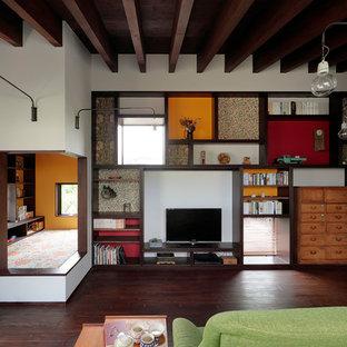 他の地域の中くらいのアジアンスタイルのおしゃれなオープンリビング (白い壁、濃色無垢フローリング、暖炉なし、据え置き型テレビ、茶色い床) の写真