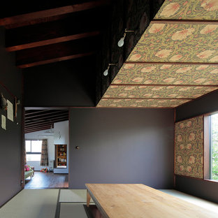 Modelo de sala de estar abierta, retro, de tamaño medio, sin chimenea, con paredes marrones, tatami, televisor independiente y suelo verde