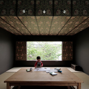 Esempio di un soggiorno etnico di medie dimensioni e aperto con pareti bianche, pavimento in tatami, nessun camino, TV autoportante e pavimento verde