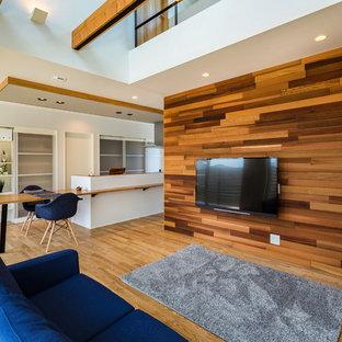 他の地域のコンテンポラリースタイルのおしゃれなオープンリビング (壁掛け型テレビ、横長型暖炉、淡色無垢フローリング) の写真