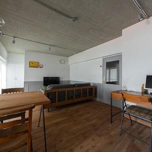 大阪の小さいミッドセンチュリースタイルのおしゃれなファミリールーム (白い壁、無垢フローリング、暖炉なし、据え置き型テレビ、茶色い床) の写真