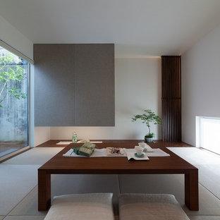 Idées déco pour une salle de séjour asiatique avec un mur blanc, un sol de tatami et un sol vert.