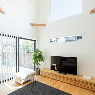 他の地域のコンテンポラリースタイルのおしゃれなファミリールーム (白い壁、据え置き型テレビ、淡色無垢フローリング、暖炉なし) の写真