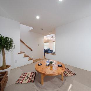 Exemple d'une salle de séjour tendance avec un mur blanc, un sol de tatami et un sol gris.
