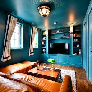 Exemple d'une salle de séjour chic fermée avec un sol en bois foncé, un sol marron, un mur bleu et un téléviseur indépendant.