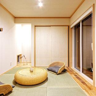 玄関から新しい。開放的な窓とウッドデッキのある家