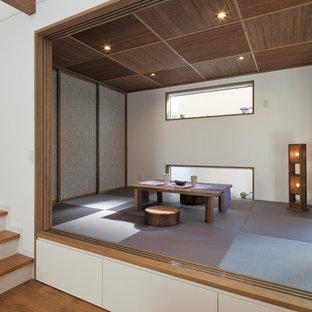 他の地域の和風のおしゃれなファミリールーム (白い壁、畳、グレーの床) の写真