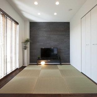 他の地域の中サイズの和風のおしゃれな独立型ファミリールーム (マルチカラーの壁、畳、据え置き型テレビ、緑の床、暖炉なし) の写真