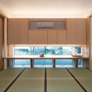 Esempio di un soggiorno etnico con pareti bianche, pavimento in tatami e pavimento verde