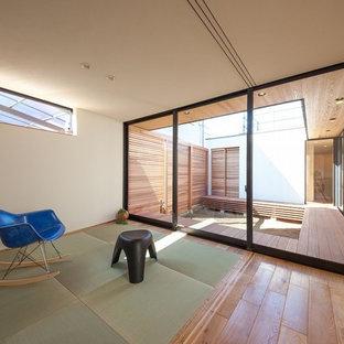 他の地域の和風のおしゃれなファミリールーム (白い壁、無垢フローリング、茶色い床) の写真