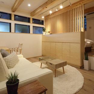 東京23区のアジアンスタイルのおしゃれなファミリールーム (白い壁、無垢フローリング、茶色い床) の写真