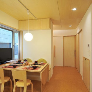 Imagen de sala de estar con barra de bar abierta, escandinava, pequeña, con paredes blancas, suelo de linóleo, televisor independiente y suelo marrón