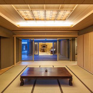 他の地域のアジアンスタイルのおしゃれなファミリールーム (畳、茶色い壁、緑の床) の写真