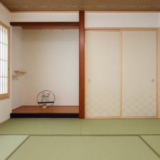 他の地域の中サイズの和風のおしゃれなファミリールーム (白い壁、畳、緑の床) の写真