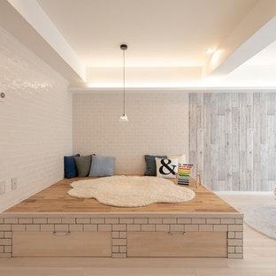 他の地域の中サイズの北欧スタイルのおしゃれなファミリールーム (白い壁、淡色無垢フローリング、白い床) の写真