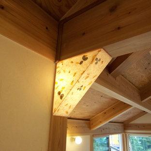 Imagen de sala de estar abierta, de estilo zen, pequeña, sin chimenea y televisor, con paredes blancas y suelo de madera en tonos medios