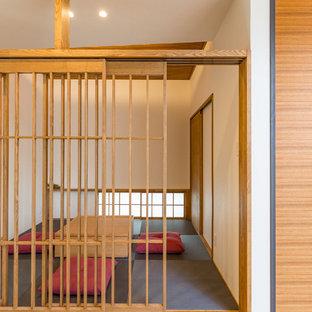 名古屋のアジアンスタイルのおしゃれなファミリールーム (白い壁、グレーの床) の写真