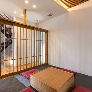 名古屋の和風のおしゃれな独立型ファミリールーム (白い壁、畳、グレーの床) の写真