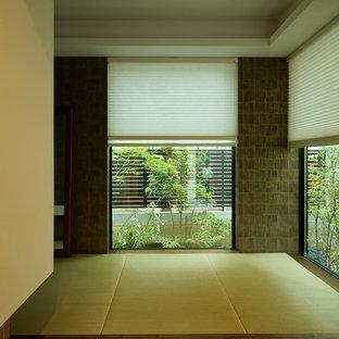 Idée de décoration pour une petit salle de séjour asiatique fermée avec un mur beige, aucune cheminée et aucun téléviseur.