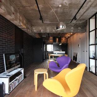 東京23区のインダストリアルスタイルのおしゃれなファミリールーム (マルチカラーの壁、大理石の床、テレビなし、グレーの床) の写真