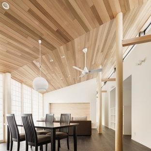 他の地域のモダンスタイルのおしゃれなファミリールーム (白い壁、濃色無垢フローリング、茶色い床) の写真