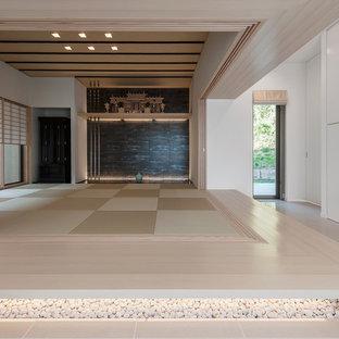 アジアンスタイルのおしゃれなファミリールーム (白い壁、ベージュの床) の写真