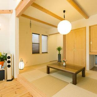 Foto de sala de estar abierta, asiática, con paredes blancas, tatami y suelo verde
