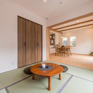 東京都下のアジアンスタイルのおしゃれなファミリールーム (白い壁、畳、緑の床) の写真