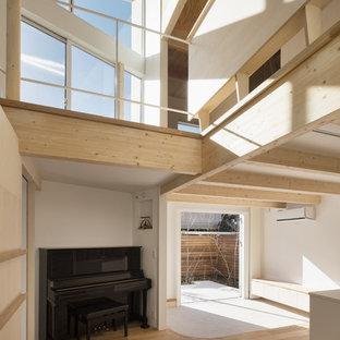 Imagen de sala de estar abierta, romántica, con paredes blancas, suelo de madera clara y suelo marrón